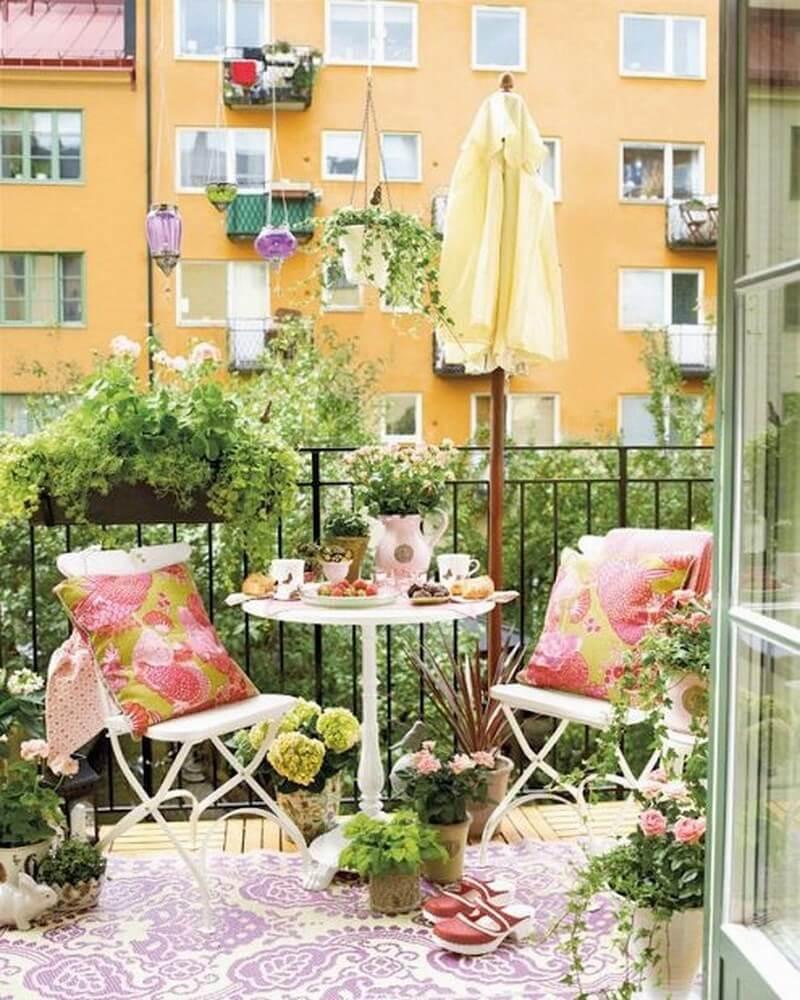 The floral, tea garden kind of balcony decor