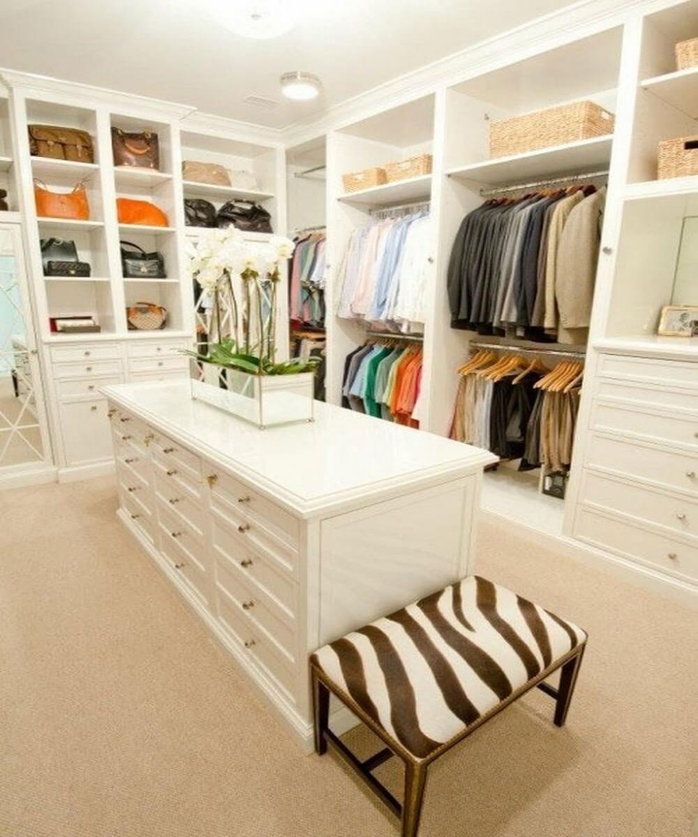 10 stylish and chic walk in closet interior design ideas for Walk in closet decor