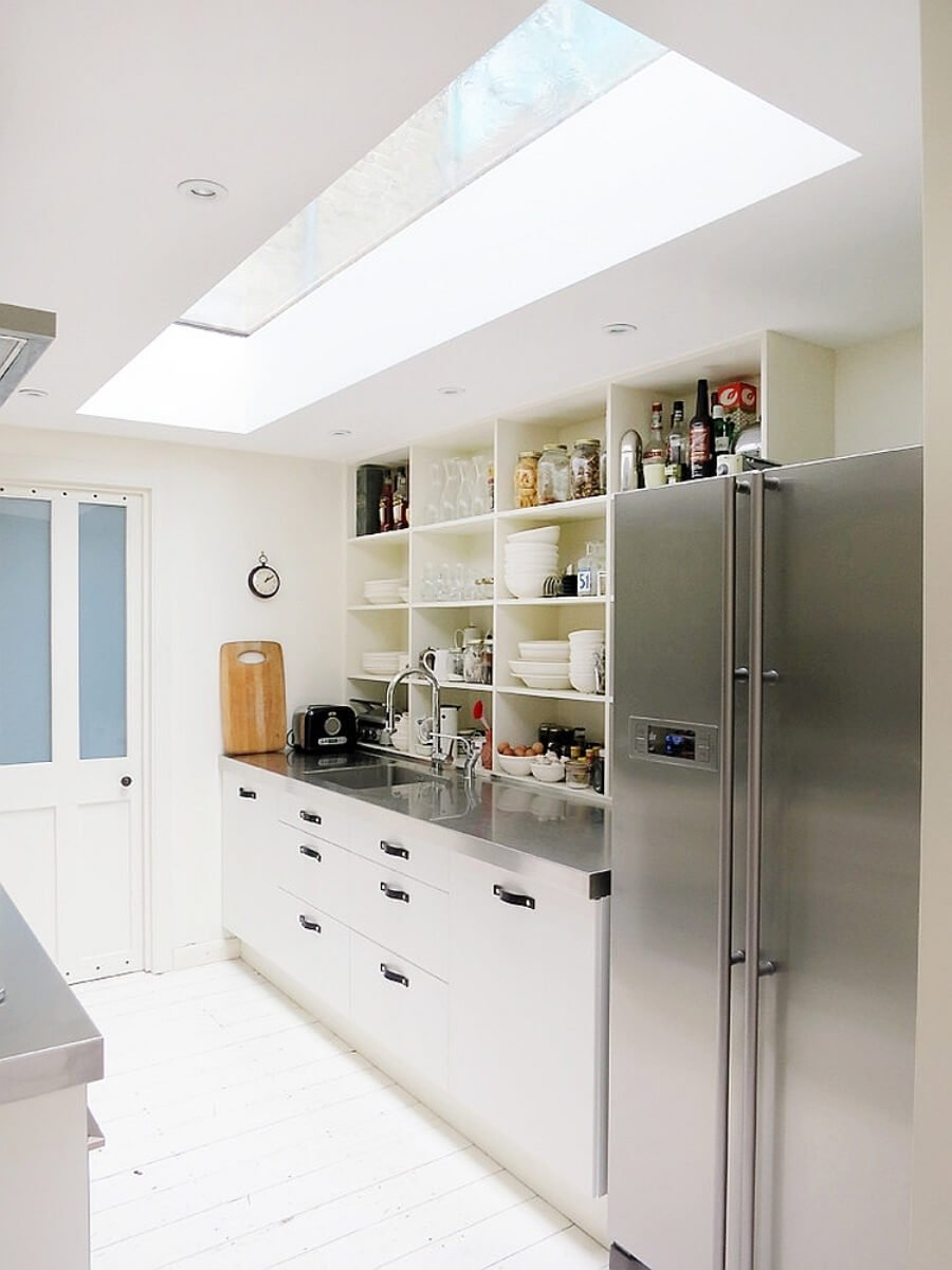 15 airy and beautiful kitchen designs with skylights for Rectangular kitchen designs