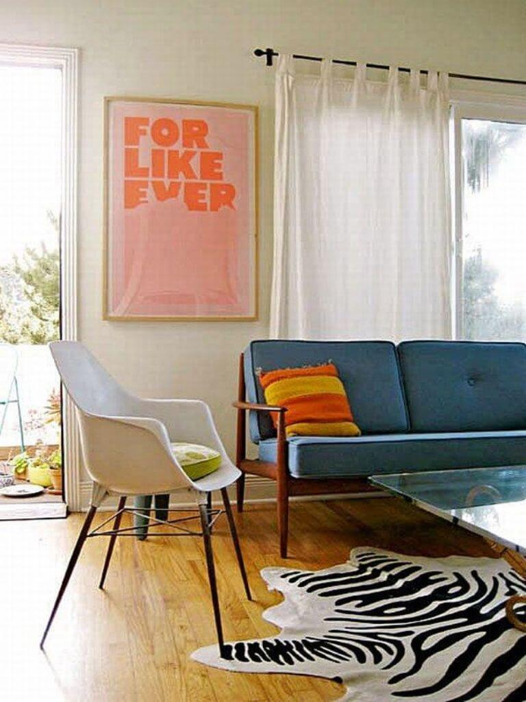 Chic effect zebra print accents in 10 sensational living for Living room ideas with zebra rug