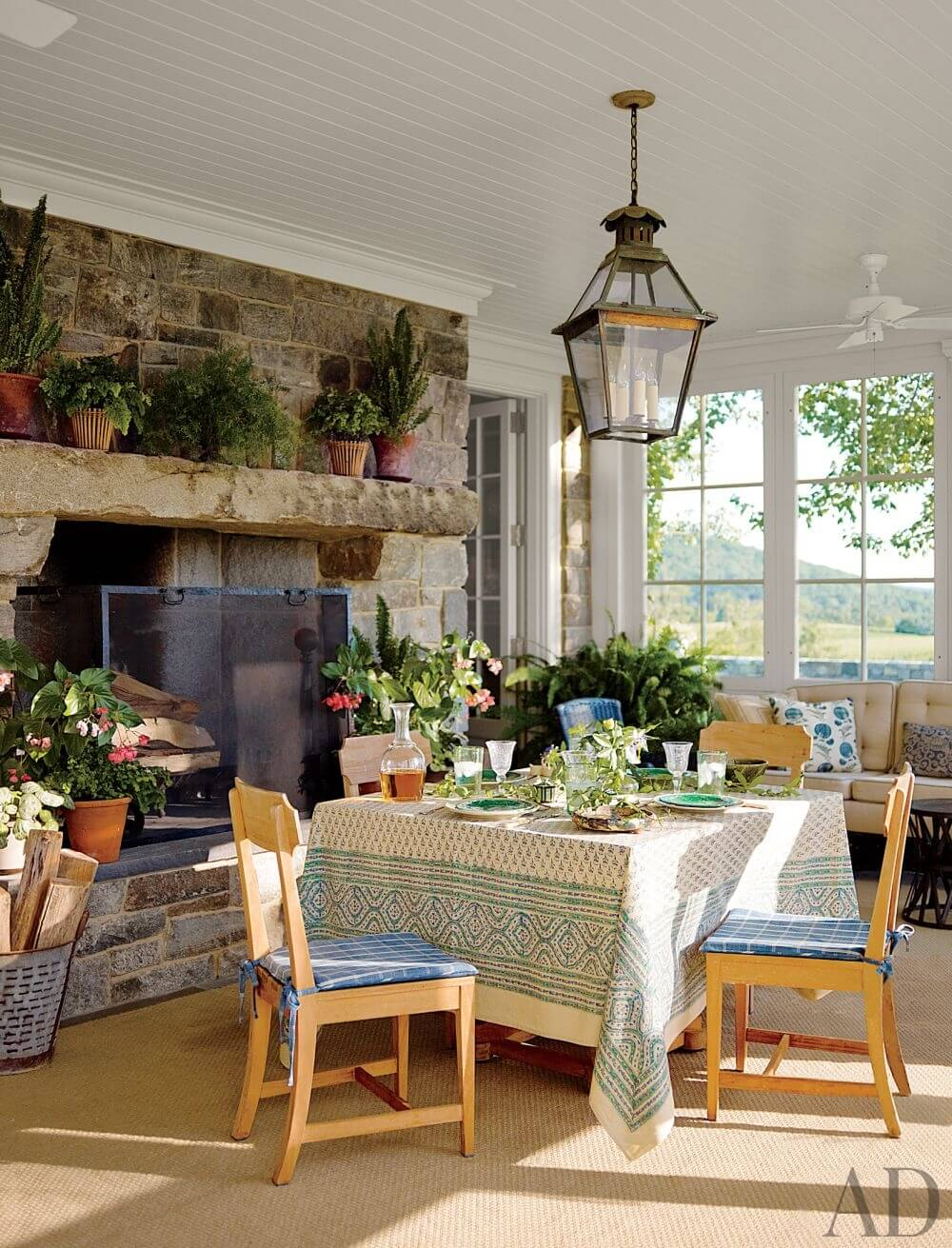 8 farmhouse themed dining room design ideas https for Farmhouse dining room ideas