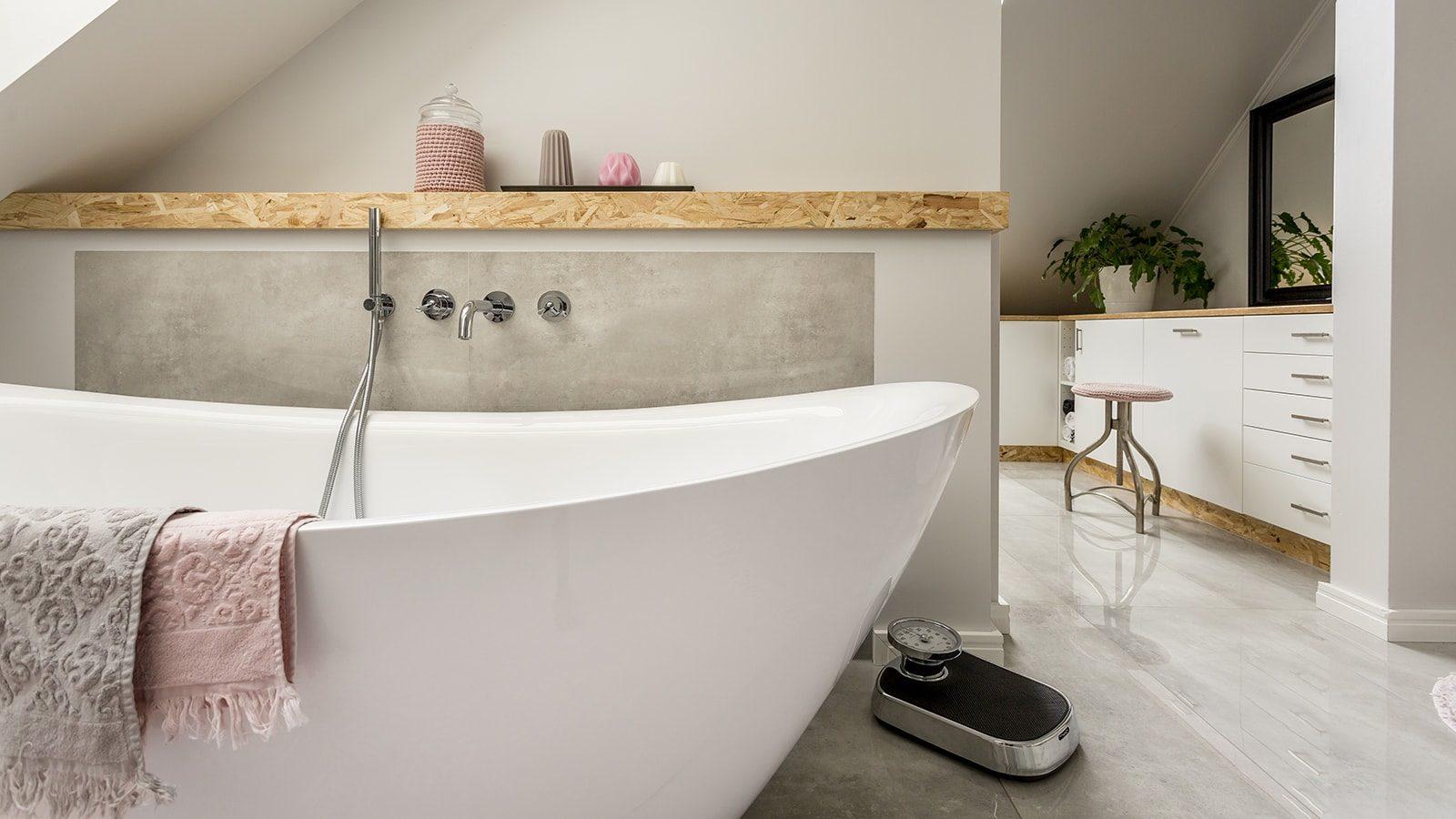 Bath tub in ensuite bathroom