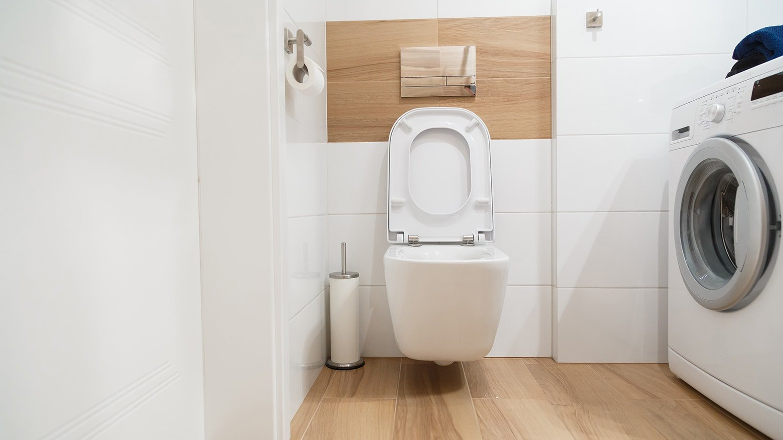 Bathroom with toilet and washing machine